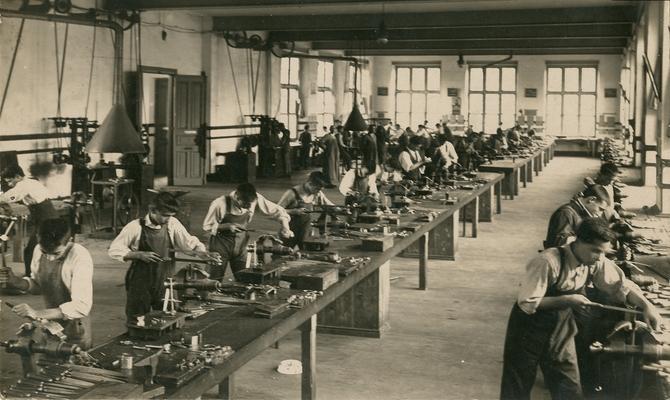 escuela de armeria foto antigua